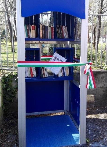 Mini-biblioteca in cabina telefonica, inaugurata a Massa