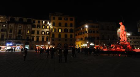 La fontana del Nettuno di piazza della Signoria con un'illuminazione straordinaria in segno di solidarietà al popolo siriano in fuga dalla guerra, Firenze, 12 marzo 2016. ANSA/MAURIZIO DEGL'INNOCENTI