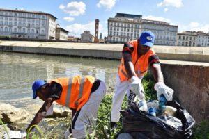 Migranti puliscono il fiume Arno